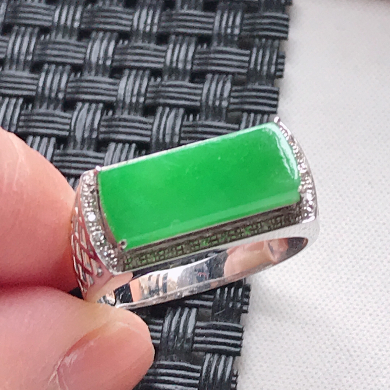 天然翡翠A货 18K金伴钻糯化种满色阳绿马鞍面戒指,玉质细腻,色美种足,上身高贵漂亮,尺寸内径19.