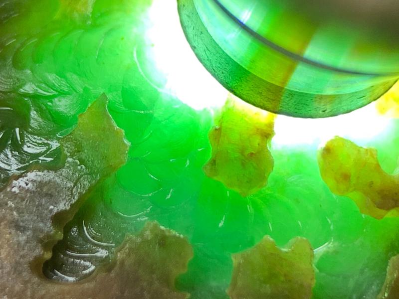 大马坎黄加绿 整体形状饱满厚装 有手镯位 全身皮壳细腻光滑 油性出色  满身都有飘色表现 开窗位