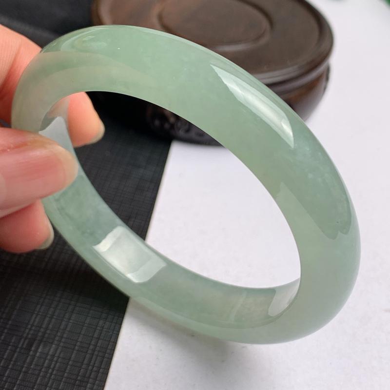 缅甸a货翡翠,冰润满色正圈手镯56.8mm,玉质细腻,色彩迷人,冰润透亮,条形大方得体,佩戴效果好