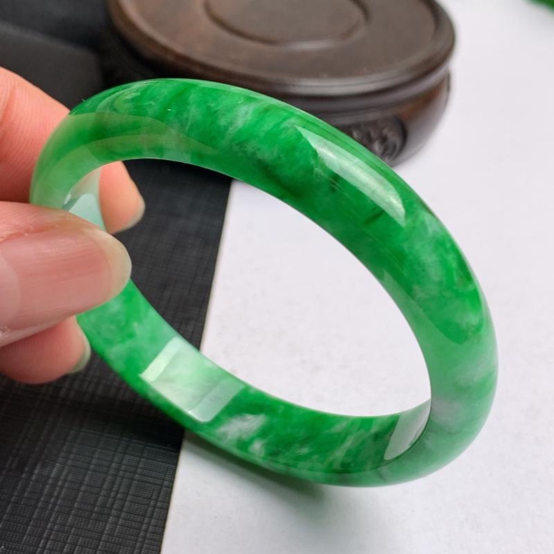 缅甸a货翡翠,辣色飘绿正圈手镯52.3mm,玉质细腻,色彩艳丽,色阳青翠,辣色迷人,条形大方得体,佩