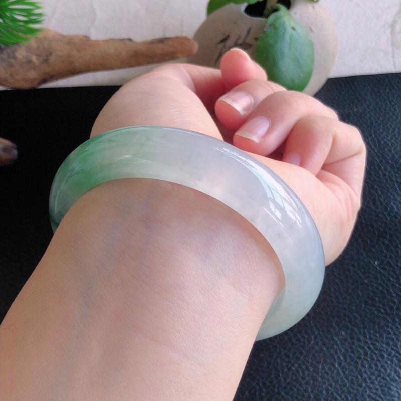 圈口56mm,天然缅甸老坑翡翠A货飘绿宽边手镯,料子细腻柔洁,尺寸56/14.5/9mm,重量62.85g。