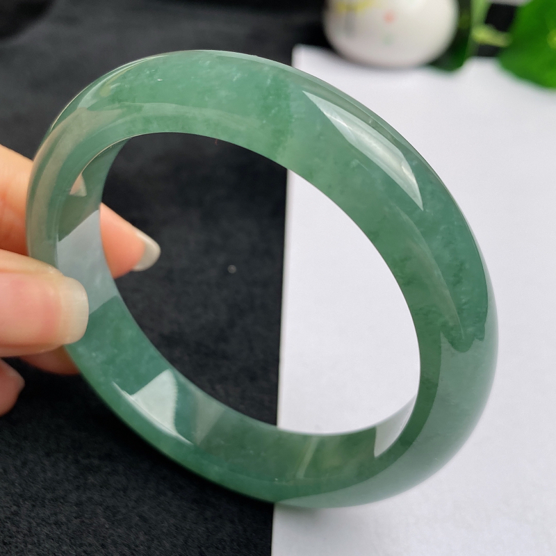 缅甸a货翡翠,水润满绿正圈手镯53.6mm,玉质细腻,色彩艳丽,秀气水润,条形大方得体,佩戴效果好