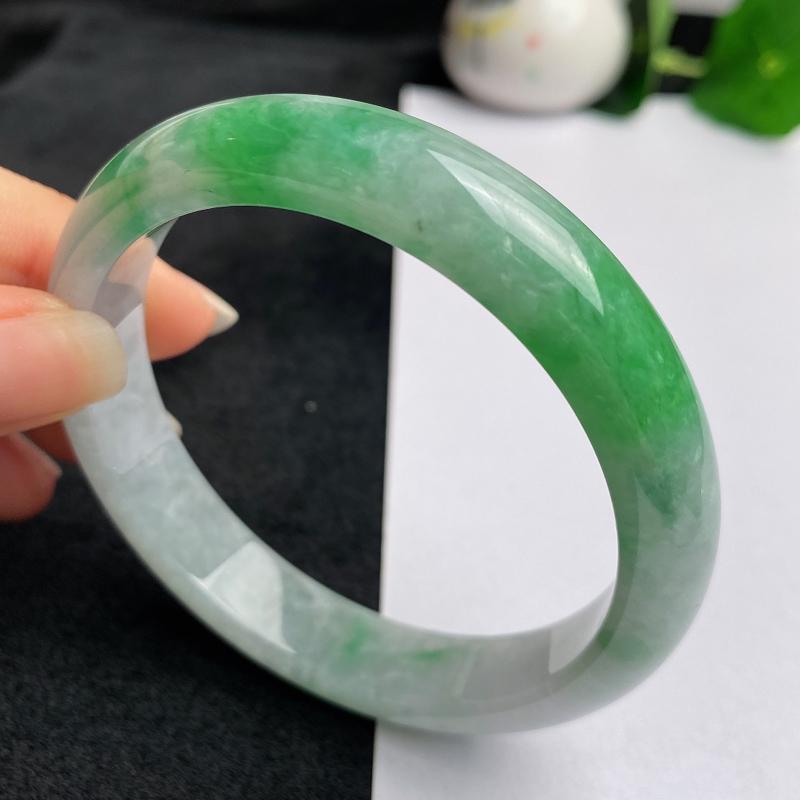 缅甸a货翡翠,水润飘绿正圈手镯56.6mm,玉质细腻色彩艳丽,色阳青翠,条形大方得体,佩戴效果好