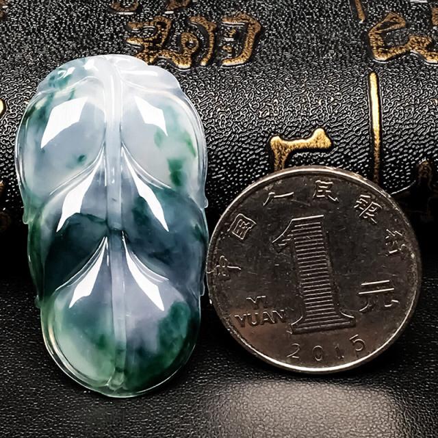 热烈推荐飘蓝花金枝玉叶吊坠,种老水润,上身佩戴效果非常好,尺寸41/21.4/4.3mm