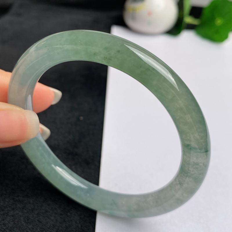 缅甸a货翡翠,水润飘绿圆条手镯54.1mm,玉质细腻,色彩艳丽,圆润流畅,条形大方得体,佩戴效果好