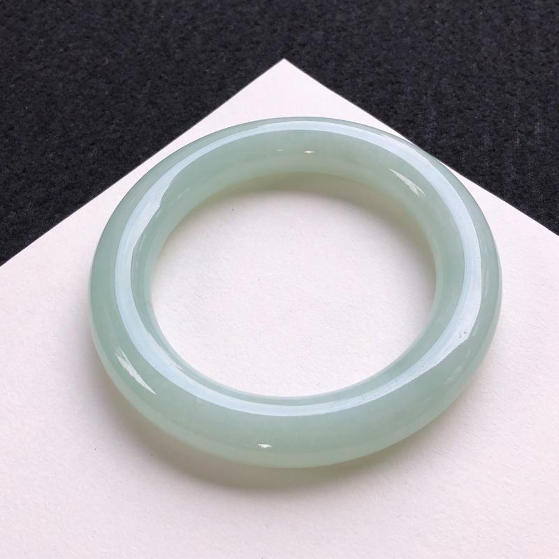飘绿圆条手镯,质地细腻,种好水润,清秀高雅,佩戴效果优雅迷人,尺寸圈口: 55.2/11.8