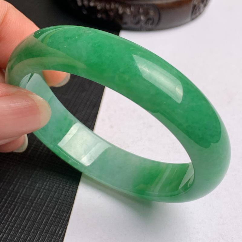 缅甸a货翡翠,水润满绿贵妃手镯53mm,短径48mm,玉质细腻,色彩艳丽,色阳青翠,条形大方得体,佩