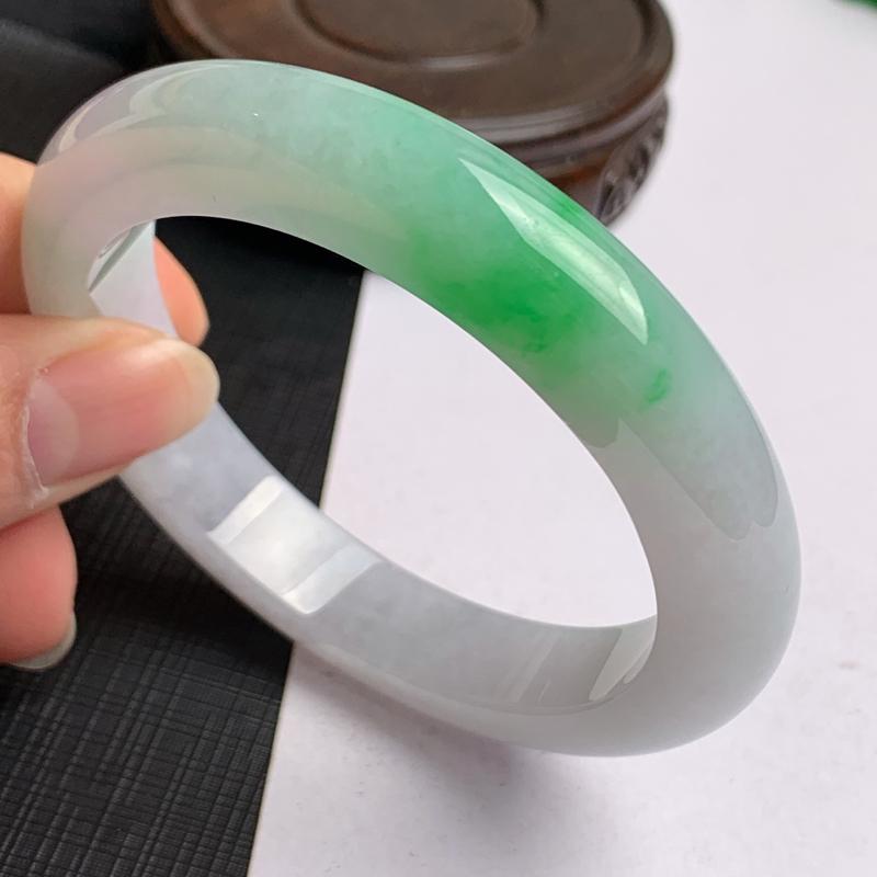 缅甸a货翡翠,水润飘绿正圈手镯58.4mm,玉质细腻,色彩艳丽,色阳青翠,条形大方得体,佩戴效果好