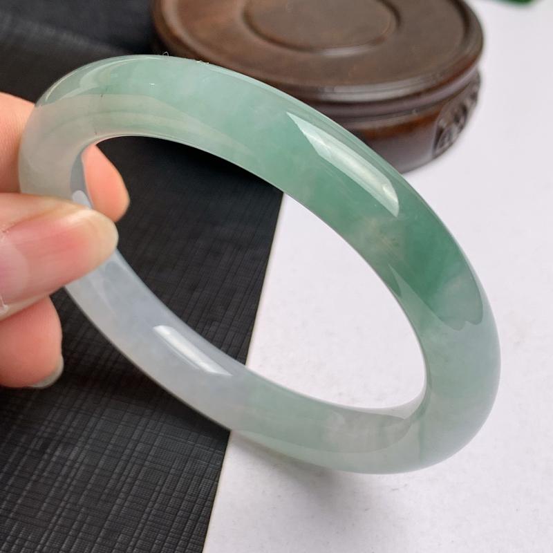 缅甸a货翡翠,水润飘绿圆条手镯56mm,玉质细腻,色彩艳丽,圆润流畅,条形大方得体,佩戴效果好
