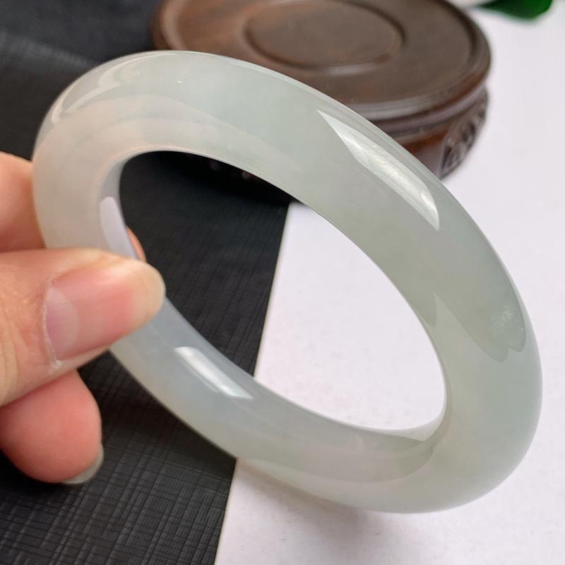 缅甸a货翡翠,冰种圆条手镯53.8mm,玉质细腻,冰润透亮,肥美圆润,条形大方得体,佩戴效果好