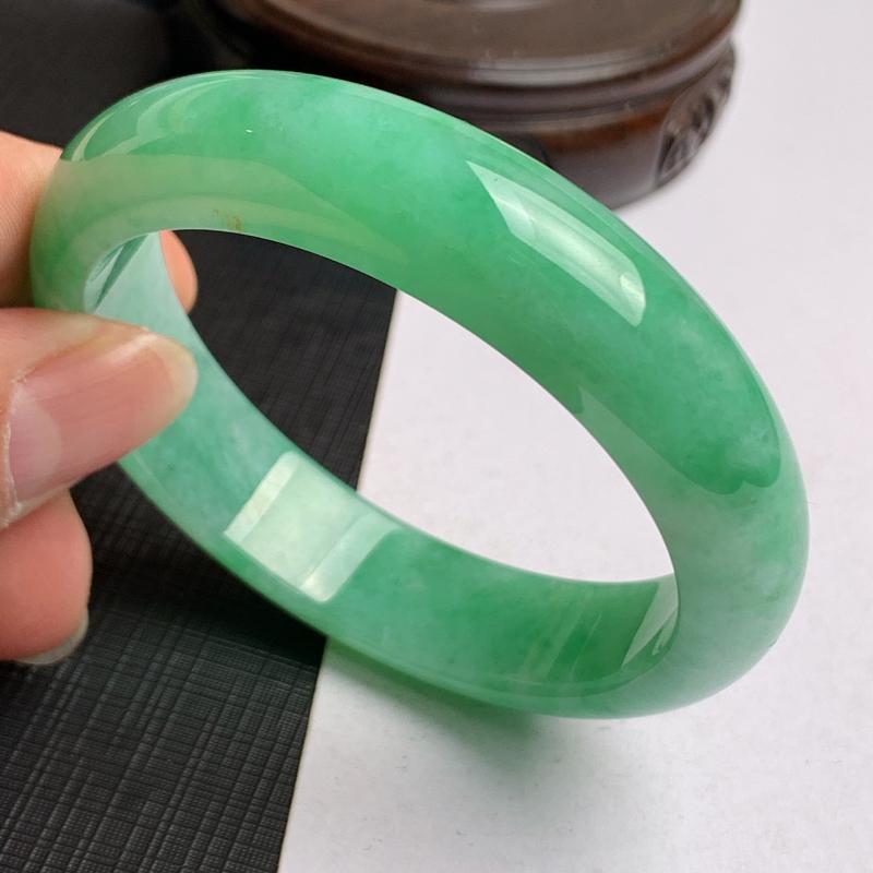 缅甸a货翡翠,水润阳绿正圈手镯54.2mm,玉质细腻,色彩艳丽,色阳青翠,条形大方得体,佩戴效果好