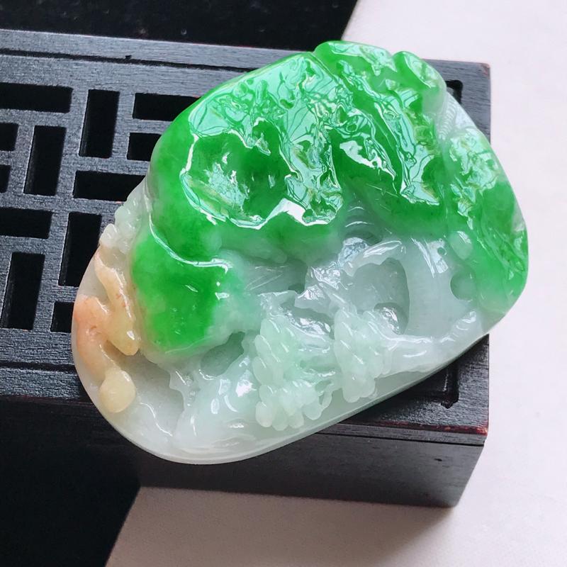 翡翠a货 糯种阳绿+黄山水牌吊坠,玉质细腻水润,颜色漂亮,雕工精致,尺寸52.5/39.1/13.3