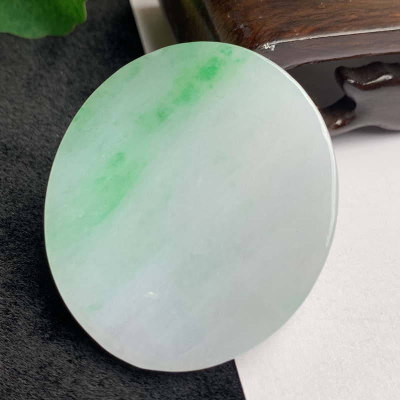 飘绿无事牌挂件,玉质细腻,颜色艳丽,寓意佳,有种有色,佩戴效果更好