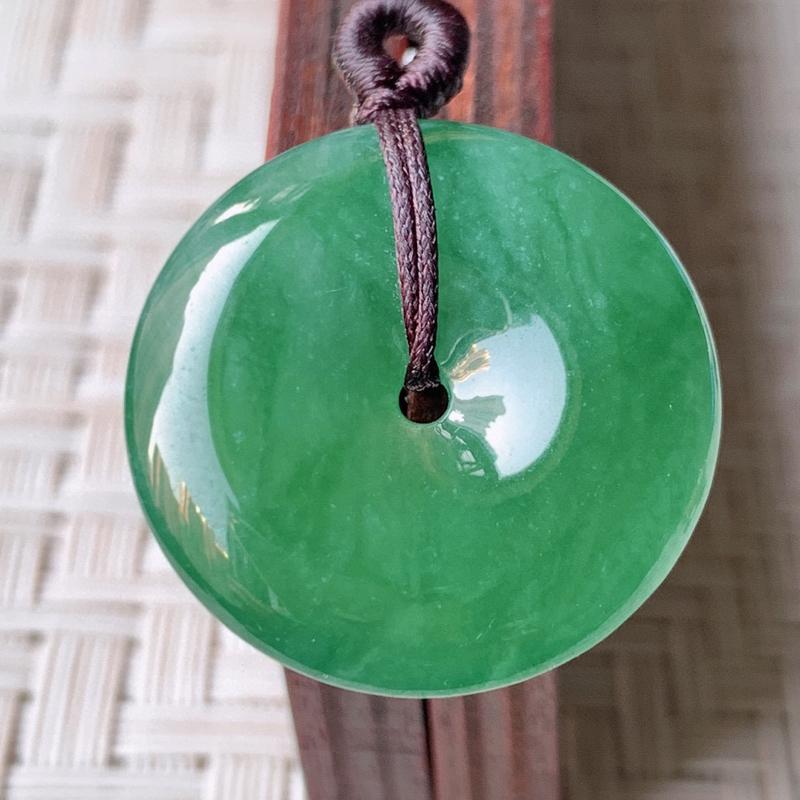 冰润满绿平安扣挂件 吊坠 质地细腻,温润而泽,精雕平安扣光滑圆润,平安扣佑平安,赋予平安无事的意念,