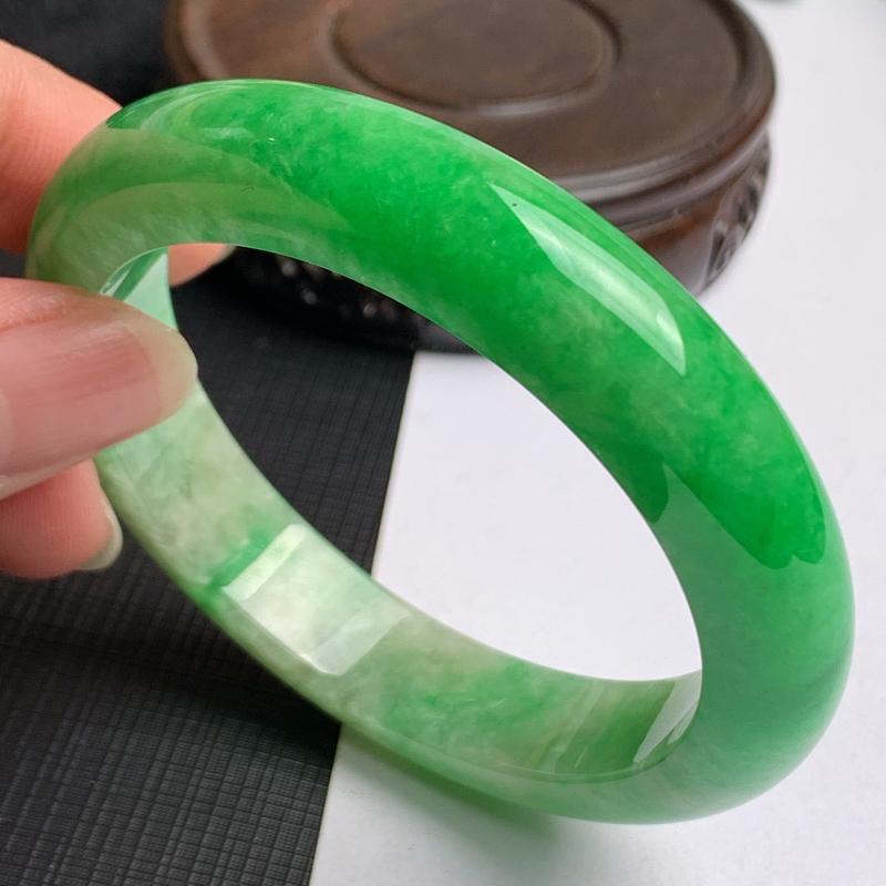 缅甸a货翡翠,水润飘绿正圈手镯56.6mm,玉质细腻,色彩艳丽,色阳青翠,条形大方得体,佩戴效果好