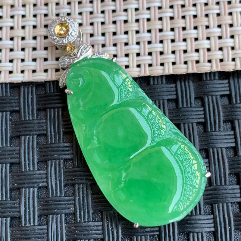 满绿豆子、裸石尺寸:29.2/15.5/3.5mm,A货翡翠18k金伴钻满绿连中三元吊坠、编号011