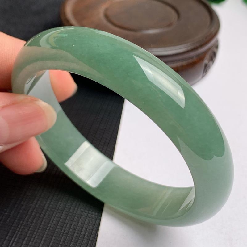 缅甸a货翡翠,水润满绿正圈手镯57.8mm,玉质细腻,色彩艳丽,秀气迷人,条形大方得体,佩戴效果好