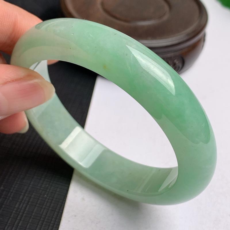 缅甸a货翡翠,水润飘绿正圈手镯56.8mm,玉质细腻,色彩艳丽,秀气迷人,条形大方得体,佩戴效果好