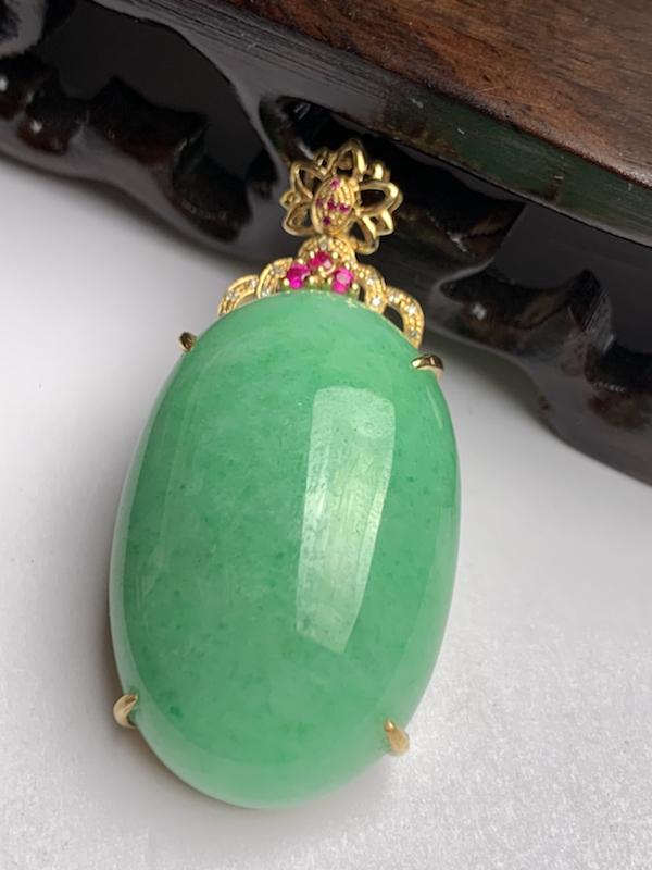 A货翡翠-种好满绿18k金伴钻蛋面吊坠,尺寸-裸石34.3*22.6*11.5mm整体46*22.6