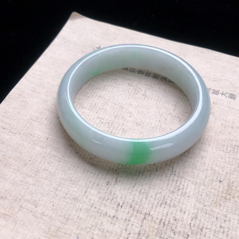 圈口:54.7,水润飘绿正圈手镯,尺寸:54.7/13.6/7.5,细纹,玉质细腻,上身效果漂亮 ,
