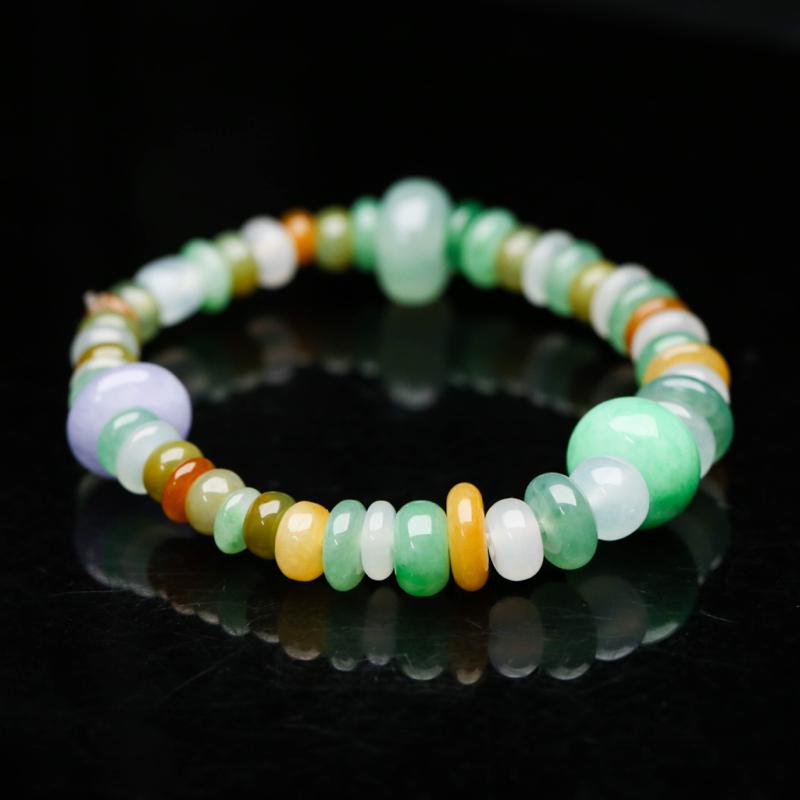 拍下有礼翡翠手串,共47颗,取其中一颗珠尺寸11.7*7mm,珠子玉质莹润,实物漂亮,上手佩戴