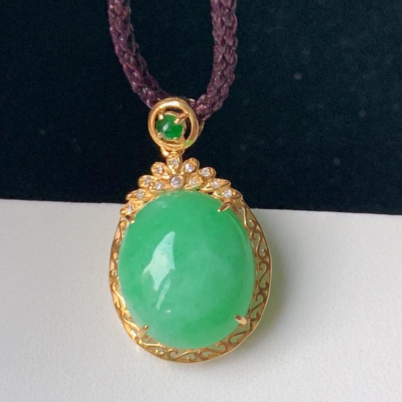 冰润满绿蛋面翡翠挂件,饱满圆润,浓紫艳丽,高贵迷人经典蛋面,18k金伴钻镶嵌,佩戴效果优雅迷人,W0