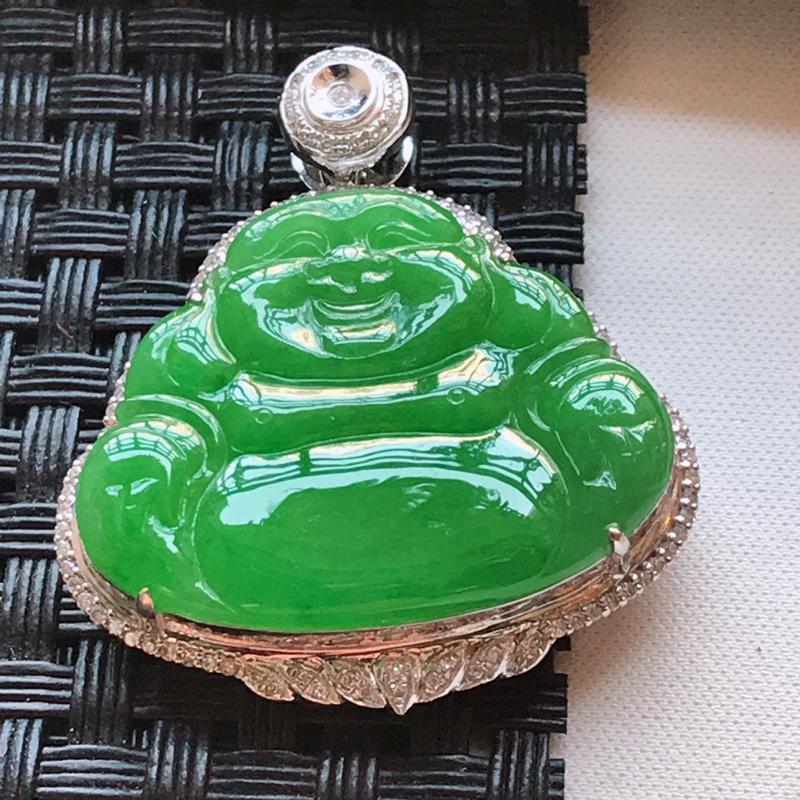 翡翠a货,18K金伴钻糯化种水润满色辣绿佛公吊坠,玉质细腻,色美种足,上身高贵漂亮,尺寸连金36.0