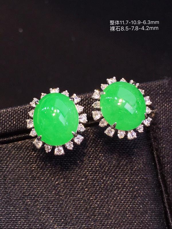甄选佳品:冰种阳绿大蛋面耳钉,种色俱佳,质地致密细腻,冰润通透,颜色娇艳欲滴,阳绿明媚,鲜艳甜美,水