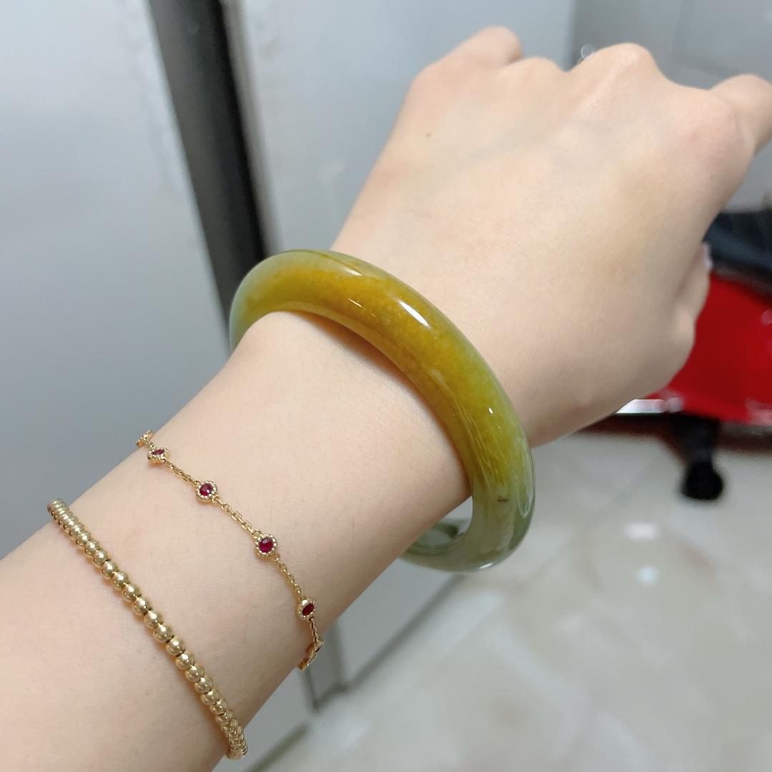 紫**:其实有黄翡手镯,价格漏就再收一个吧 说有点黄+绿 但是绿淡底有一点点 但