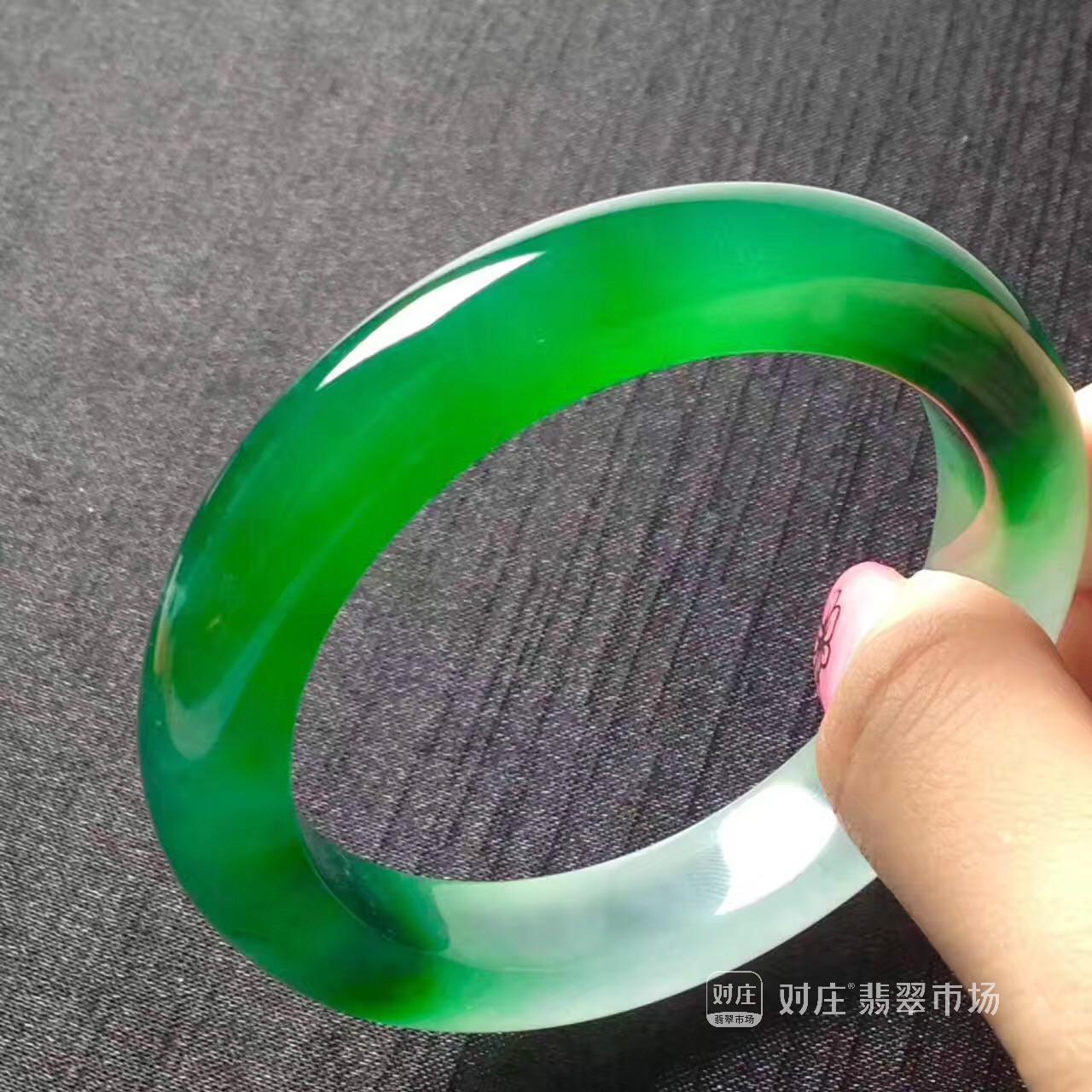 阳绿翡翠手镯价值