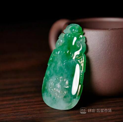 糯冰种满绿翡翠挂件