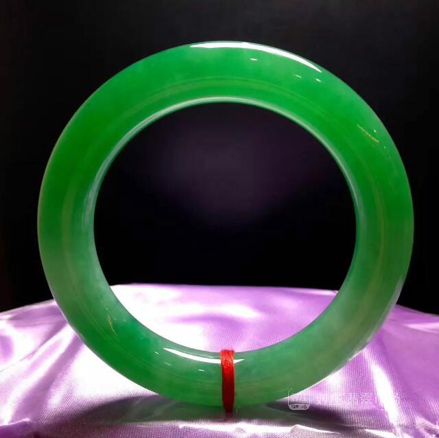 对庄阳绿翡翠手镯